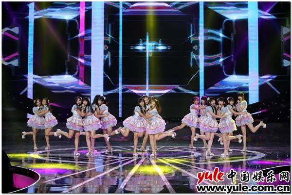 跨年演出之夜 SNH48《新年这一刻》齐齐刷屏各大卫视