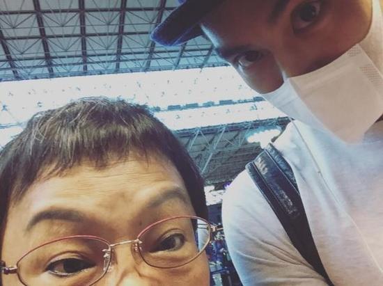 彭于晏和70岁妈妈同游日本粉丝:婆婆好酷
